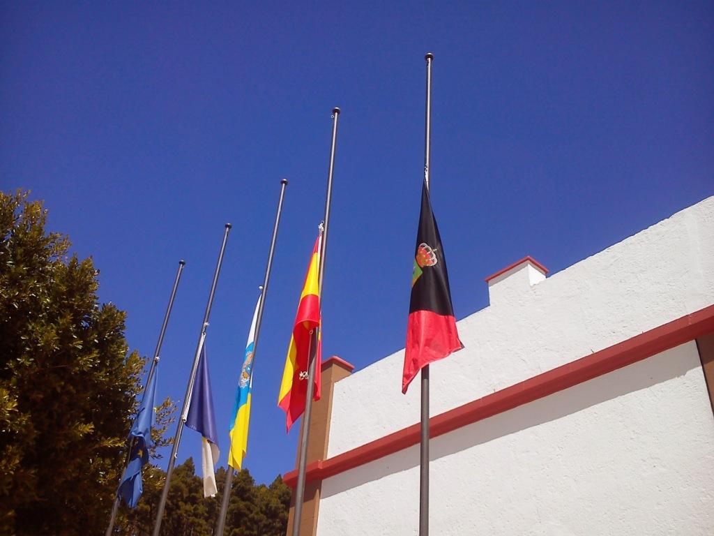 Banderas a media asta por Adolfo Suarez